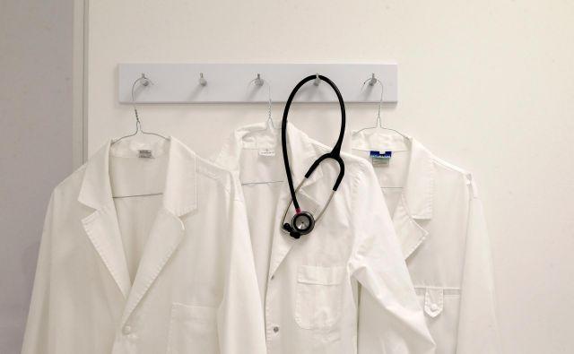 Bodo na ministrstvu za zdravje našli rešitev, da bi zdravnike brez licence lahko plačali iz proračuna? Foto: Matej Družnik/Delo