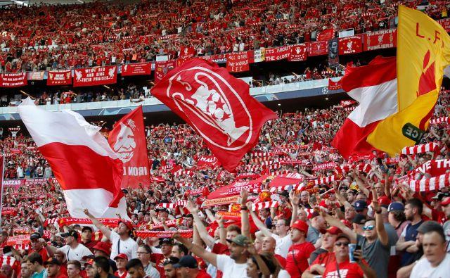 Tottenham Hotspur Stadium je med sodobnejšimi v Evropi; z uporabo aplikacije klub doseže, da so obiskovalci na posameznih delih tribune oblečeni v iste barve. FOTO: Reuters