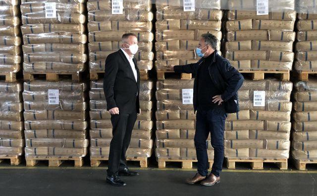 Številne dobave, ki jih je izpeljal zavod za blagovne rezerve, do včeraj ga je vodil Anton Zakrajšek (desno; član SDS), so zbujali dvome. Minister Zdravko Počivalšek (levo) ga je včeraj razrešil. Formalno iz zdravstvenih razlogov. FOTO: Twitter