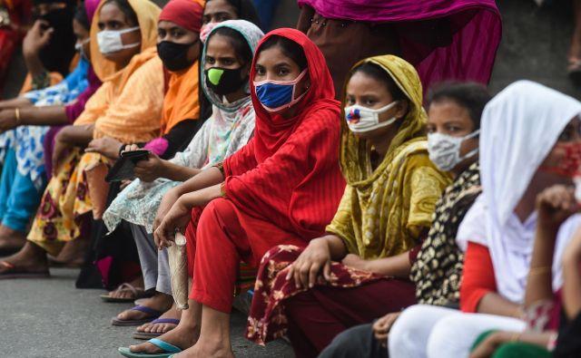 Pandemija koronavirusa je v oblačilni industriji, ki zaposluje 50 milijonov ljudi, razgalila tisto, na kar nevladne organizacije opozarjajo že leta. Foto AFP