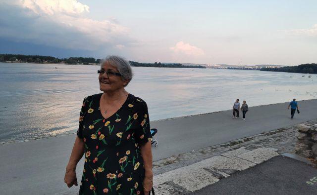 Do nadaljnjega se bodo starejši lahko po pol ure sprehajali ob torkih, petkih in nedeljah največ 600 metrov od doma. Na sprehodu v Zemunu pri Beogradu. FOTO: Milena Zupanič