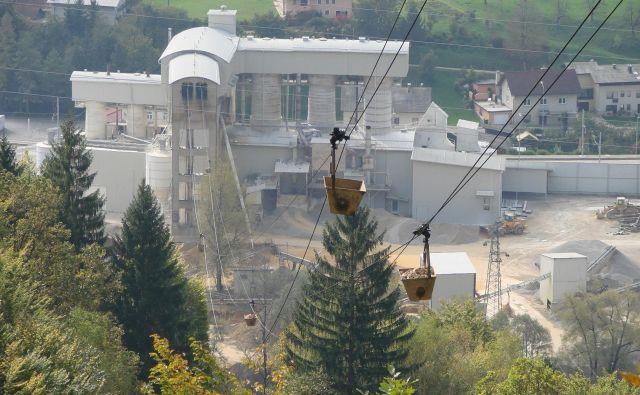 S tovorno žičnico vozijo kamenje iz Zapodja v kresniško apnenico. FOTO: Bojan Rajšek/Delo
