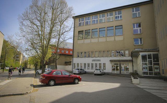 Prizidek s telovadnico v OŠ Riharda Jakopiča bodo porušili in zgradili novega. FOTO: Jože Suhadolnik/Delo