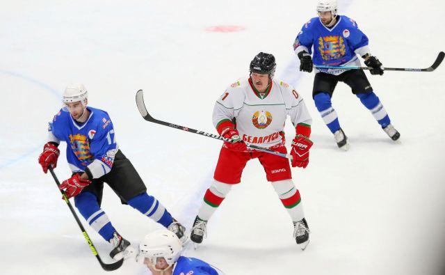 Beloruski predsednik Aleksander Lukašenko tudi v dneh širitve koronavirusa še naprej vztraja pri hokejski rekreaciji. FOTO: Reuters