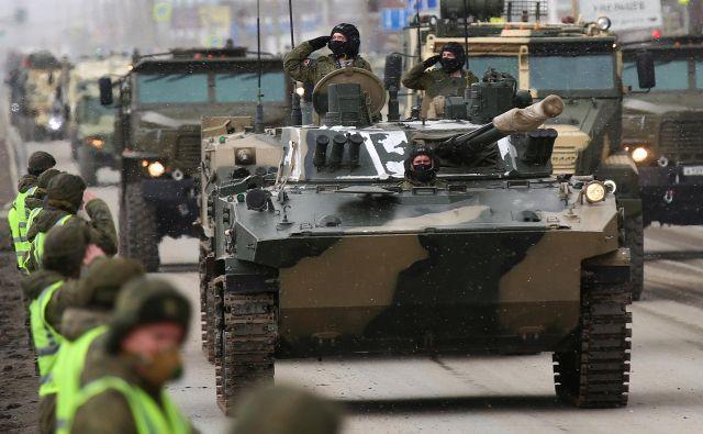 Preložiti je bilo treba tudi veliko parado ob 75. obletnici dneva zmage, to prvovrstno propagandno orožje nove, močne Putinove Rusije. Na fotografiji: vaja za parado. FOTO: Reuters