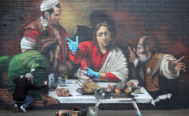 Sodobna različica Caravaggieve Večerje v Emavsu. FOTO: Reuters