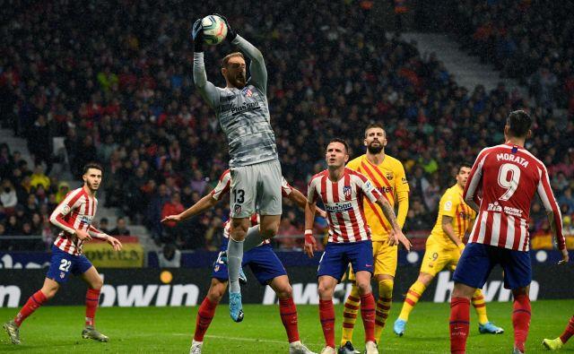 V španskem DP je ostala neodigrana tudi tekma med Barcelono in madridskim Atleticom z Janom Oblakom v vratih. FOTO: AFP