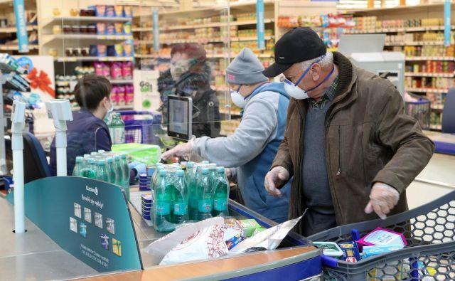 Starejši občani smejo v trgovino dopoldne in pozno popoldne, da bi zmanjšali možnost okužbe s covidom. Foto Marko Feist