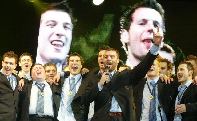 Dejan Perić in soigralci so zapeli skupaj z navijači. FOTO: Jure Eržen
