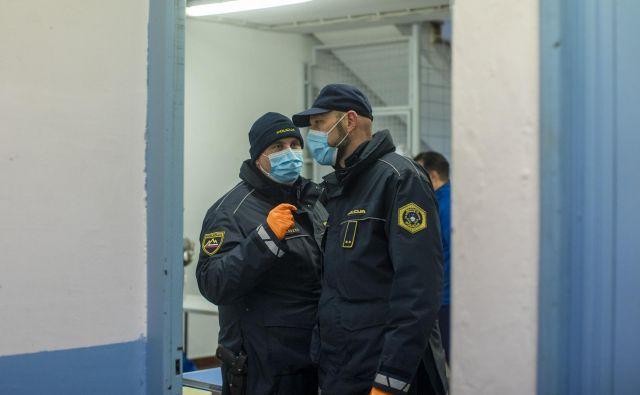 O višini dodatka za posameznika, ki dela v tveganih razmerah ali je zaradi epidemije bolj obremenjen, bo odločil predstojnik.<br /> Foto Voranc Vogel