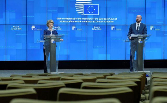 Predsednica evropske komisije Ursula von der Leyen in predsednik evropskega sveta Charles Michel med predstavljanjem dosežkov četrtkovega videovrha EU. FOTO:AFP