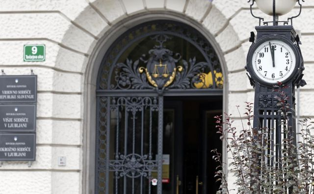 Praviloma imajo vsi sodniki na vseh slovenskih sodiščih dovolj »zaloge« za študij sodnih spisov na domu, za pripravo obravnav, zaslišanj in drugih narokov ali sej in ne nazadnje tudi za študij ustrezne strokovne literature, kar gre vzporedno s kvalitetnim sodniškim delom. FOTO: Matej Družnik
