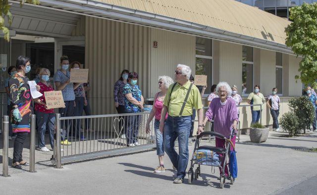 Skupnost socialnih zavodov Slovenije je pozvala zaposlene v domovih, naj izrazijo nestrinjanje s skrbjo za starejše.