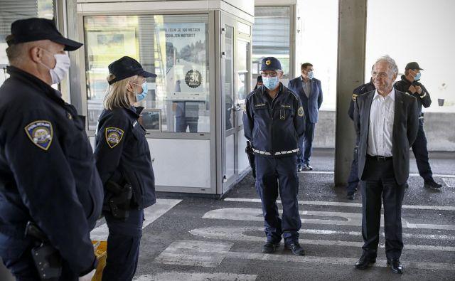 Minister za notranje zadeve Aleš Hojs se je srečal s policisti na mejnem prehodu Dobovec. FOTO: Blaž Samec/Delo