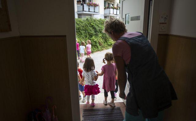 Individualnega varstva otrok, ki ga svetuje ministrica, si manj premožni starši ne morejo privoščiti. FOTO: Voranc Vogel/Delo