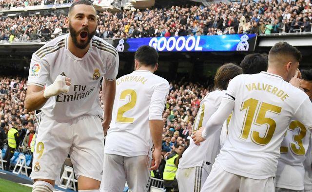 Karim Benzema (levo) in njegovi soigralci pri madridskem Realu zaostajajo na lestvici španske lige za dve točki za Barcelono. FOTO: AFP