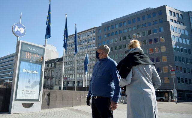 V Bruslju je po šestih tednih strogih ukrepov v zadnjih dneh že čutiti več sproščenosti, a števine omejitve bodo ostale še kar nekaj časa. FOTO: Johanna Geron/Reuters