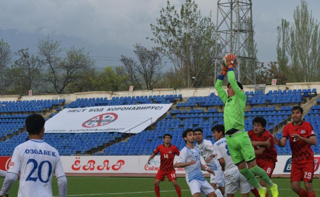 V Tadžikistanu bodo danes še dokončali četrto kolo, nato pa bodo do najmanj 10. maja prekinili nogometno prvenstvo. FOTO: Reuters