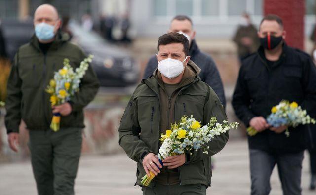 Predsednik Volodimir Zelenski se je poklonil žrtvam katastrofe izpred 34 let, v izjavi pa izrazil spoštovanje tudi do gasilcev in vseh, ki trenutno delujejo na območju Černobila. FOTO: Reuters