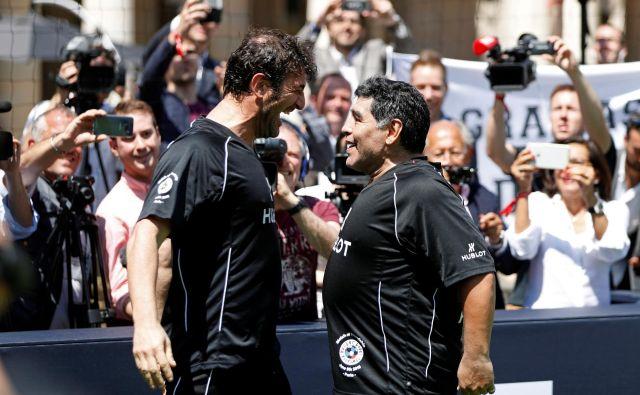 Ciro Ferrara in Diego Maradona sta pri Napolju štiri leta delila slačilnico in osvojila dva naslova italijanskega prvaka. FOTO: Reuters