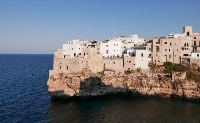 V obmorskem kraju Polignano a Mare se je rodil slavni kantavtor Domenico Modugno, ki je konec petdesetih let obnorel Italijo s pesmijo <em>Volare</em>. FOTO: Jan Klokočovnik