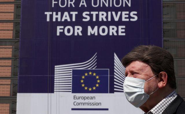 Pano, ki visi na poslopju sedeža evropske komisije v Bruslju, poziva k »Uniji, ki si prizadeva za več«. Foto: REUTERS/Yves Herman