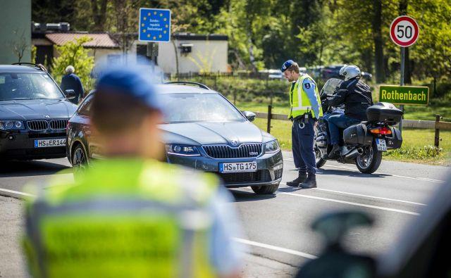 Nadzor na notranjih schengenskih mejah bo ostal še nekaj časa, tudi med Nemčijo in Nizozemsko. FOTO: Marcel Van Hoorn/AFP