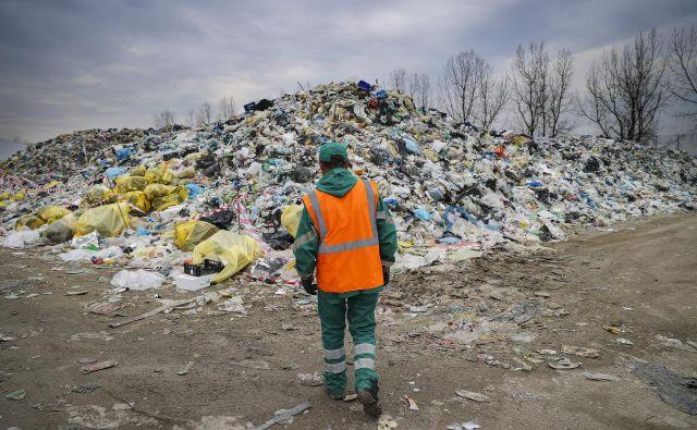 Okoljsko ministrstvo bi kopice odpadne embalaže rešeavlo s koronazakonom in na stroške državnega proračuna. Foto Jože Suhadolnik