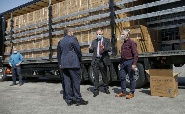 Med najbolj izpostavljenimi ministri pri nakupih zaščitne opreme je Zdravko Počivalšek (na sredini). FOTO: Blaž Samec
