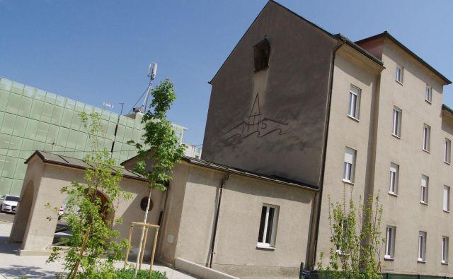 Do zdaj predvidena rušitev v mestu ni povzročila večjih polemik, verjetno zato, ker stavba ni Plečnikovo delo, poleg tega je to precej nepretenciozen objekt v slogu neatraktivnega zgodnjega modernizma.<br /> Foto Peter Rak