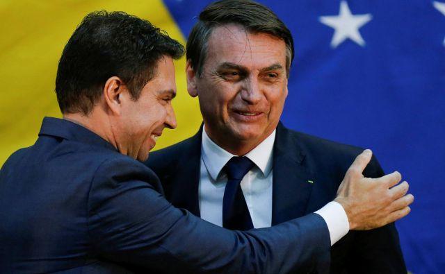 Predsednik Jair Bolsonaro (desno) in Alexandre Ramagem, ki je doslej opravljal funkcijo direktorja brazilske obveščevalne službe. FOTO: Adriano Machado/Reuters