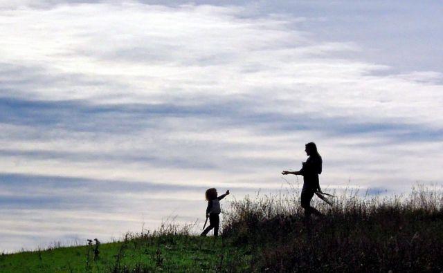 Nekateri starši svojih otrok niso videli že več kot mesec dni, kar obojim povzroča dodatne stiske. FOTO: Matej Družnik/Delo