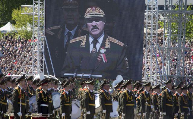 Lukašenko med govorom na eni od preteklih majskih vojaških parad. Konec marca je na vprašanja o epidemiji odgovoril takole: »Tukaj ni virusov. Jih vidite, da letajo naokoli? Jaz jih tudi ne vidim.« Foto: Reuters