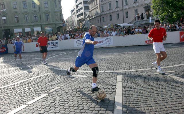 Predsednik vlade Janez Janša velja med nogometnimi prijatelji za nepopustljivega borca, ki ga zanima izključno gol. Foto Mavric Pivk