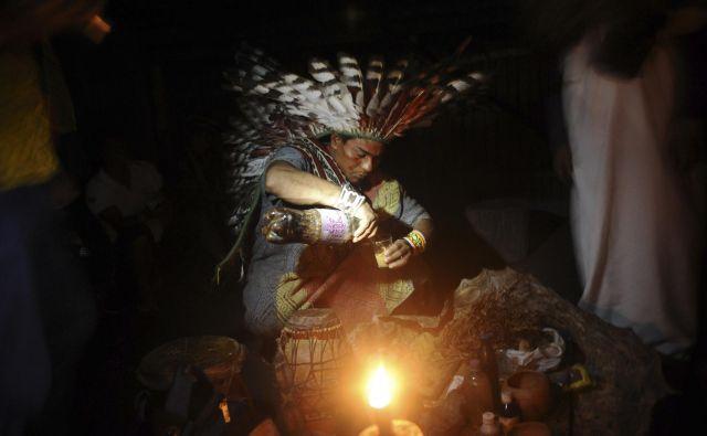 Daniel Pinchbeck pravi, da je šamanizem neke vrste univerzalna duhovna praksa, ki jo poznajo staroselske kulture po vsem svetu, in eden njegovih pomembnejših delov je skrb za duhove. Na fotografiji: Priprava ajahuasce v Braziliji. FOTO: Reuters