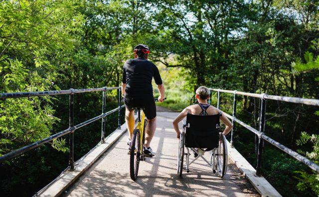 Z vsakodnevnim sprehodom ali vožnjo z vozičkom lahko invalidi lahko veliko naredijo zase. FOTO: Shutterstock