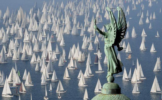 Barkovljanka je v zadnjih letih vsakič privabila več kot 2000 jadranic in se zapisala kot največja regata s skupnim štartom na svetu. FOTO: AFP
