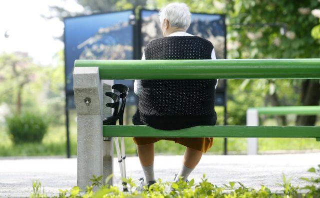 Socialno oskrbo na domu ponuja 82 izvajalcev, izvaja pa jo 1034 socialnih oskrbovalk. FOTO: Blaž Samec