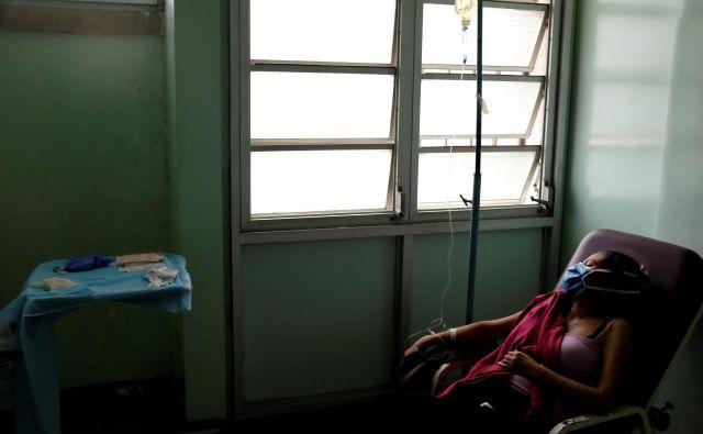 Ob začetku pandemije je bilo v skoraj 30-milijonski državi na voljo 84 respiratorjev. FOTO: Reuters