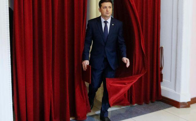 Dvainštiridesetletni uspešni ustvarjalec televizijskih oddaj, producent in komik je zaslovel v vlogi profesorja, ki se po naključju znajde na položaju predsednika države. To vlogo je lani igral v živo, ko je konec aprila v drugem krogu predsedniških volitev prepričljivo premagal predhodnika Petra Porošenka in 20. maja svečano zaprisegel kot šesti predsednik Ukrajine. Foto: Reuters