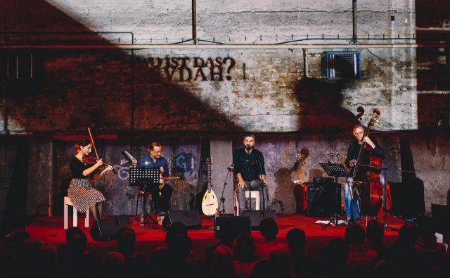 Damir Imamović kvartet (od leve proti desni) Ivana Đurič, violina; Derya Turkan, kemanče, Damir Imamović, glas, tambur, in Greg Cohen, kontrabas. FOTO: Samir Cerić Kovačević