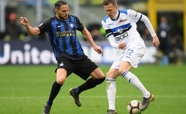 Za našega asa Josipa Iličića (desno) in druge nogometaše v Italiji se bo danes začelo obdobje treninga pred napovedanim junijskim nadaljevanjem ligaške sezone. FOTO: Reuters