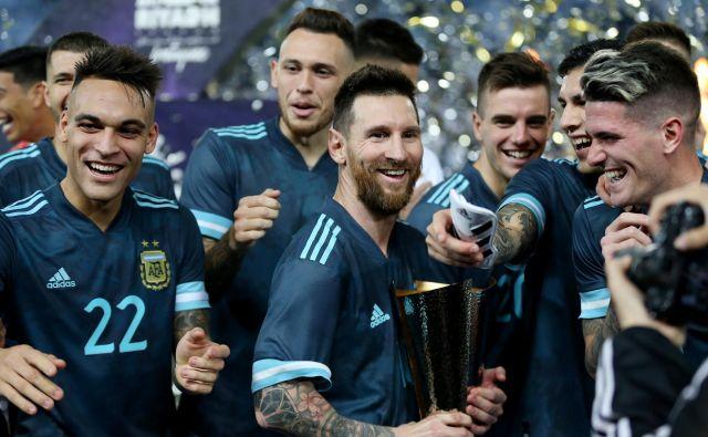 Lionel Messi (v sredini) in Lautaro Martinez (levo) stanazadnje igrala skupaj lanskega novembra v majici argentinske reprezentance. FOTO: Reuters