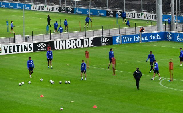V Nemčiji nogometni klubi pod strogimi zahtevami trenirajo že slab mesec, a popolne varnosti pred okužbo ni. FOTO: AFP