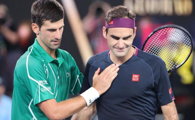 Novak Đoković in Roger Federer na letošnjem odprtem prvenstvu Avstralije ... Taki prizori v začetnem obdobju zagona tenisa najbrž ne bodo možni. FOTO: AFP