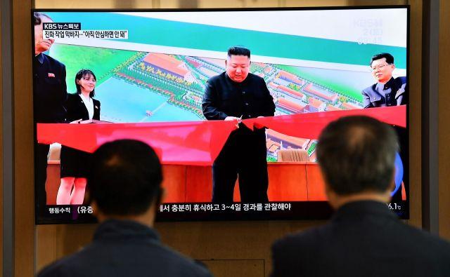 Severnokorejska tiskovna agencija KCNA je navedla, da je Kim Džong Un med mnogimi vzkliki »hura« v Sunčonu severno od Pjongjanga prerezal otvoritveni trak nove tovarne fosfatov.FOTO: Jung Yeon-je/AFP
