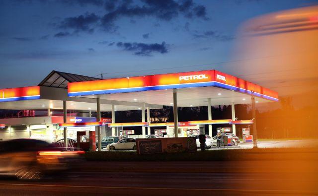 Vlada je pred štirimi tedni z dvigom trošarina zmanjšala pocenitev goriv. Cene goriv ob regionalnih cestah so tako že štiri tedne en evro. FOTO: Jure Eržen/Delo