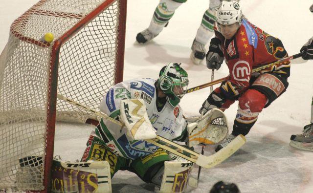Klemen Mohorič je nekoč takole branil v domačih hokejskih derbijih, zdaj pa je že vrsto let uveljavljen trener vratarjev v prestižni KHL. FOTO: Igor Zaplatil/Delo