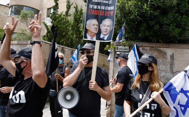 Nasprotniki Netnjahuja in Ganca, ki so se danes zbrali v Jeruzalemu. FOTO: Menahem Kahana/AFP