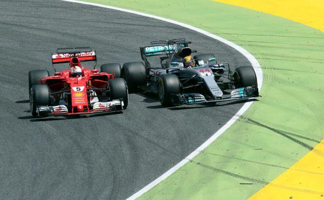 Številni ljubitelji formule 1 se sprašujejo, kdaj bodo spet lahko videli takšen dvoboj velikih zvezdnikov Sebastiana Vettla in Lewisa Hamiltona. FOTO: Reuters